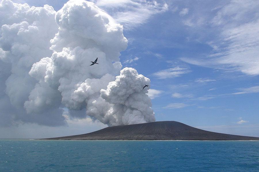 日本科學家在該國南部海域發現一個巨大的火山穹丘,如果爆發,可能會造成1億人死亡。圖為2015年1月17日,位於南太平洋的一個火山。(Mary Lyn Fonua/AFP/Getty Images)