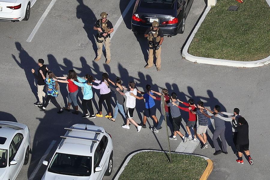 周三(2月14日),一名槍手向佛羅里達州一所高中開槍,造成至少17人死亡。槍手已經被捕。(Joe Raedle/Getty Images)