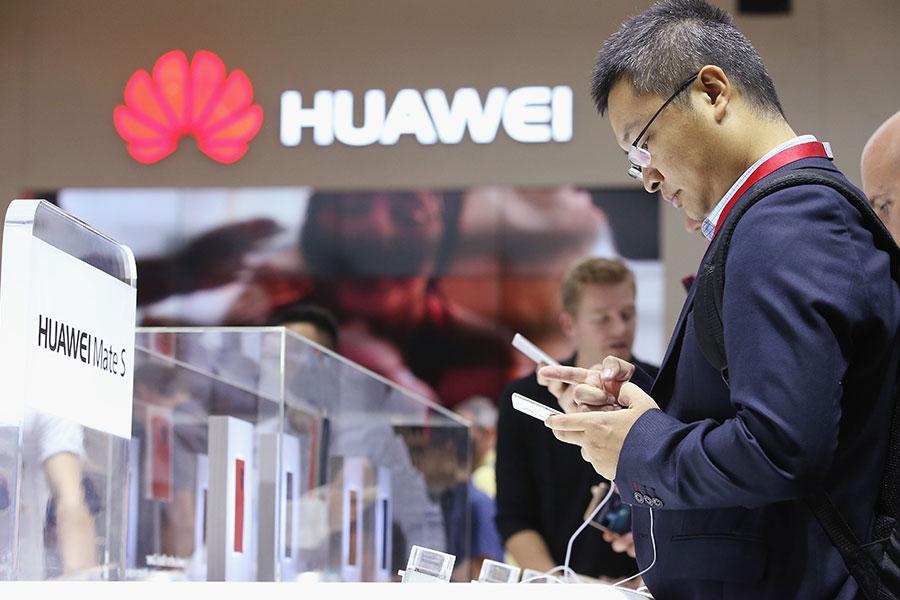 美國六大情報機構發出了一份措辭嚴厲的警告,警告美國人不要購買華為和中興智能手機。(Sean Gallup/Getty Images)