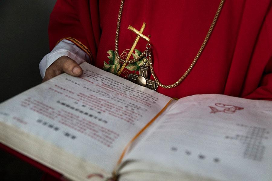 中共最新修訂的《宗教事務條例》給予基層政府介入宗教事務管理的權限。(Kevin Frayer/Getty Images)