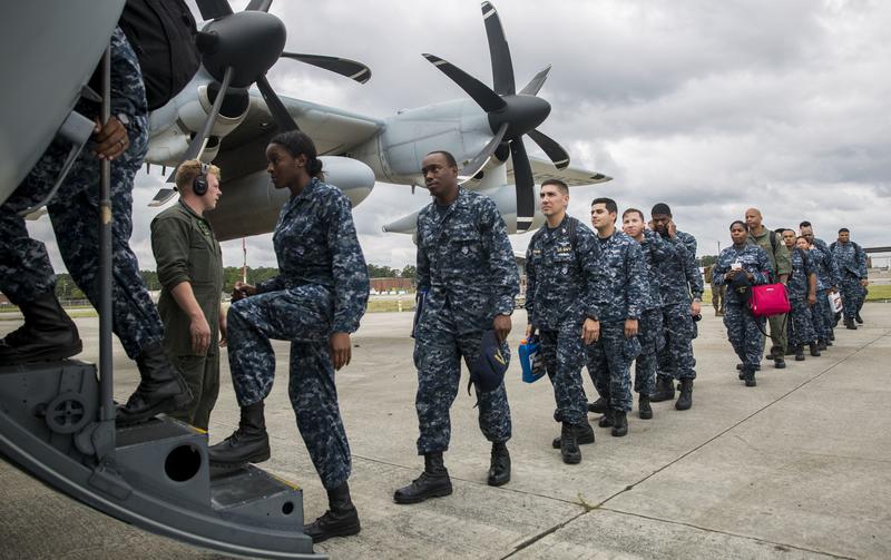 美國海軍司令內勒於2018年2月9日表示,日前美國國家安全策略報告將中俄列為戰略挑戰競爭對手後,政府計劃增派重武裝的海軍陸戰隊遠征部隊加強亞洲部署以制衡中共。本圖為美國海軍陸戰隊第26支遠征部隊,正登機前往海外執行任務。(Lance Cpl. Cody J. Ohira/U.S. Marine Corps/Getty Images)