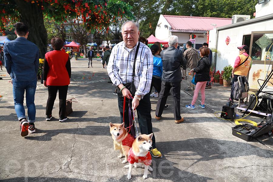 家住青衣的盧爸爸,每年初一會開車帶全家齊齊行大運,今年還有三條得意狗仔相伴。(陳仲明/大紀元)