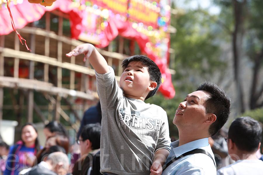 不少市民一家大細在大年初一到林村許願樹拋寶牒。(陳仲明/大紀元)