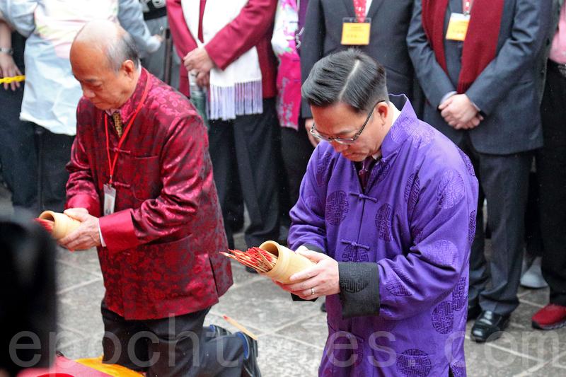 劉業強和李志麒早上到車公廟,分別為香港及沙田區求籤祈福。(李逸/大紀元)