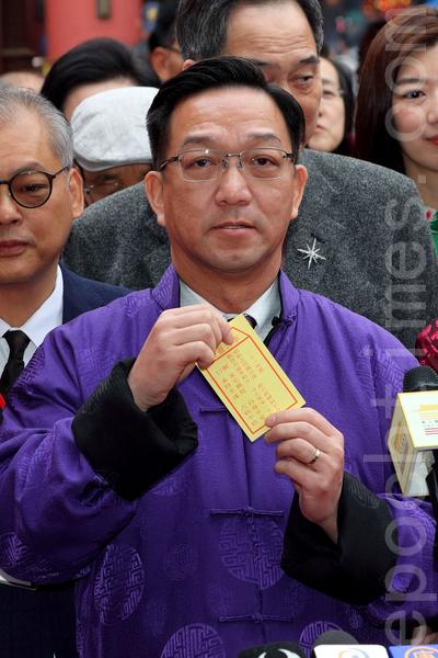 劉業強香港求得21籤中籤。(李逸/大紀元)