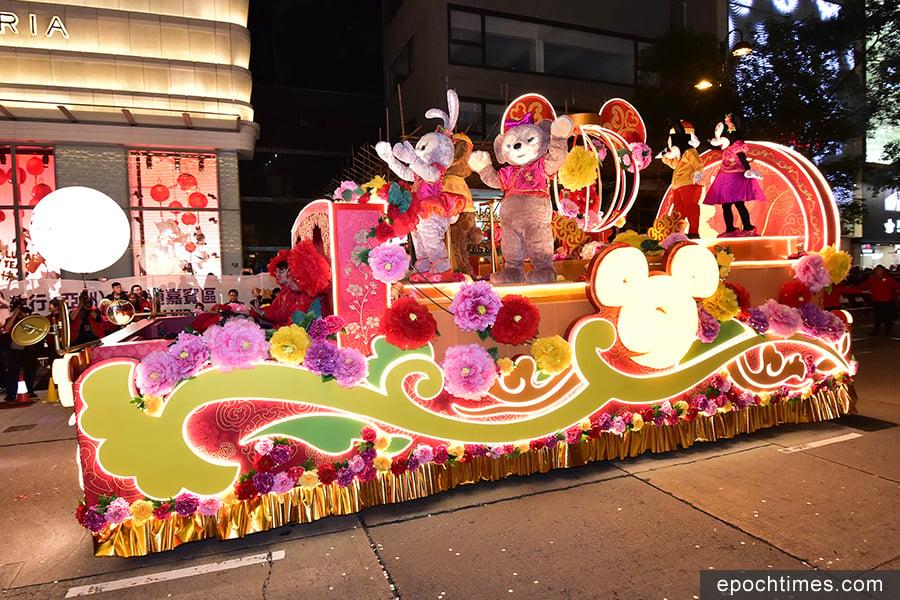 圖為香港迪士尼樂園「轉轉狗年賀新春」花車。(郭威利/大紀元)