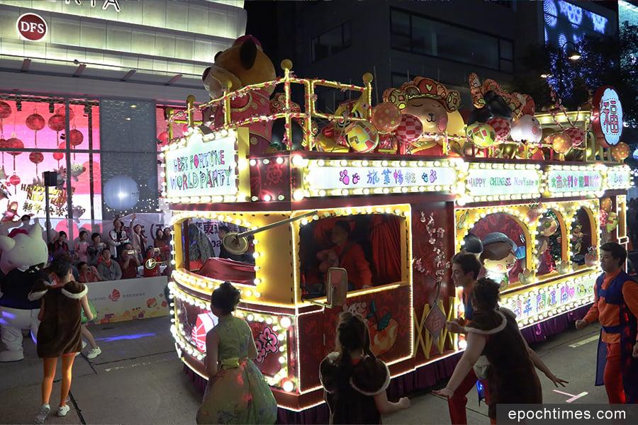韓國男團GOT7香港籍成員王嘉爾(Jackson)擔任旅遊推廣大使,現身主辦單位旅發局的花車隊伍,沿途和觀眾揮手互動。(陳仲明/大紀元)