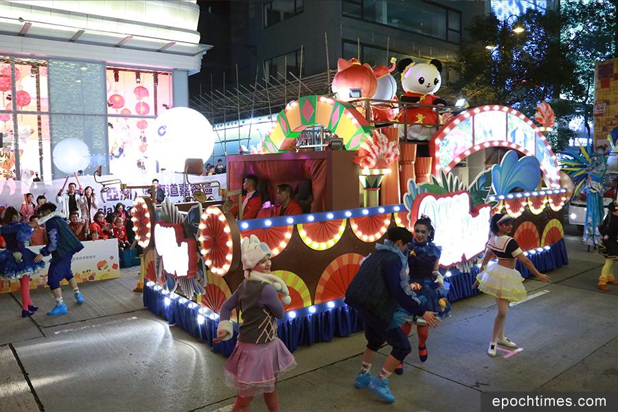 大年初一,香港15萬人熱賞花車巡遊。(陳仲明/大紀元)