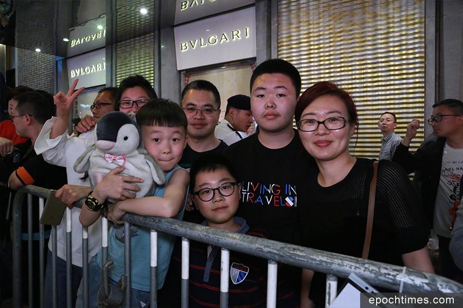 來自黑龍江省的譚小姐一行六人,首次到港遊玩,她讚香港過年氣氛比大陸更加濃厚,節目特別多。(陳仲明/大紀元)