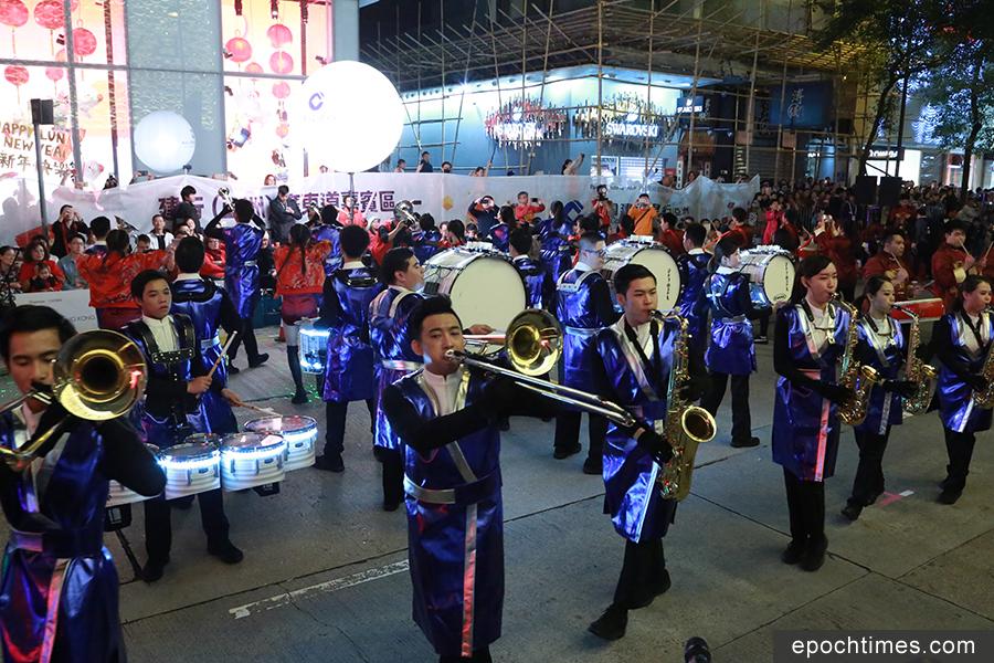 巡遊開始前,有近30個國際及本地表演團體,沿巡遊路線演出舞蹈、魔術、街頭音樂等,和觀眾互動。(陳仲明/大紀元)