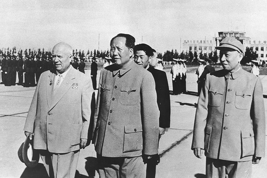 圖為中共建政10周年的照片,中共黨魁毛澤東(前中)、其接班人劉少奇(前右)與蘇聯代表(左)。(Express Newspapers/Getty Images)