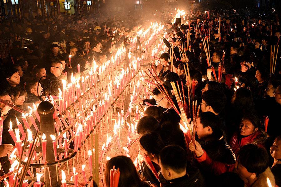 除夕夜 大陸民眾蜂擁至寺廟燒香祈福