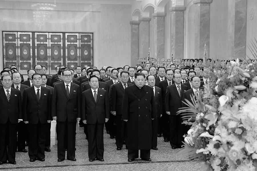 2月16日,北韓領導人金正恩到太陽宮出席父親金正日76歲冥壽的紀念儀式。早前被免去北韓人民軍總政治局局長職務的黃炳誓低調現身。(AFP/Getty Images)