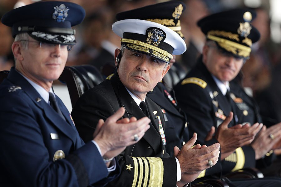 美國太平洋司令部指揮官哈里斯(Harry Harris)表示,美國軍方正在制定從南韓撤僑的方案。圖為2016年4月30日,哈里斯(中)在南韓出席一項軍事儀式。(Chung Sung-Jun/Getty Images)