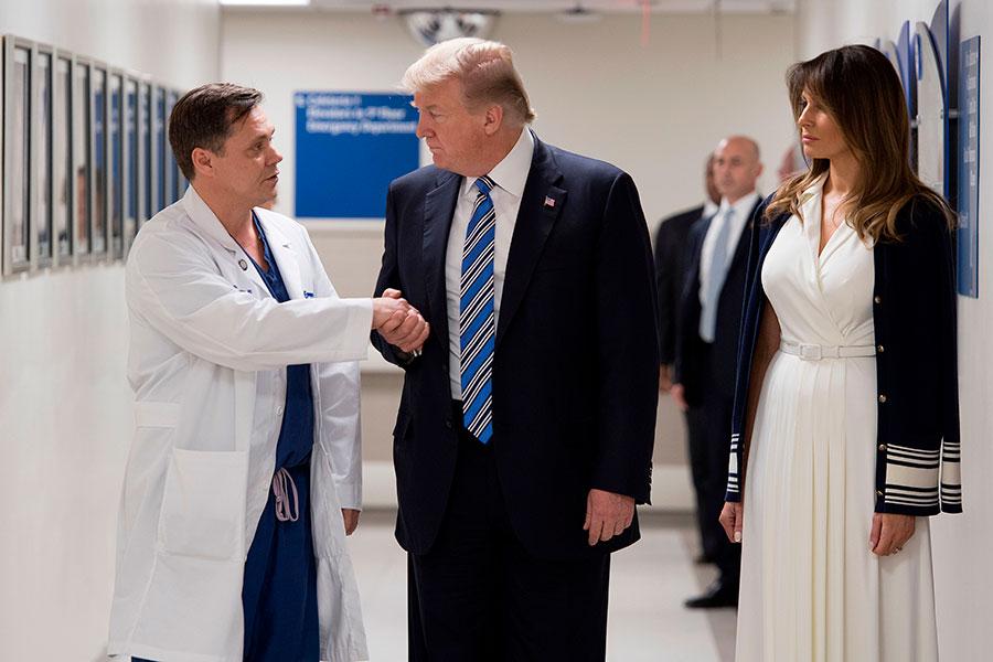 周五(2月16日)晚,美國總統特朗普和第一夫人梅拉尼婭來到佛羅里達州的布勞沃德北健康醫院(Broward Health North Hospital),慰問周三發生的佛州槍擊案中的倖存者和醫療人員。(JIM WATSON/AFP/Getty Images)
