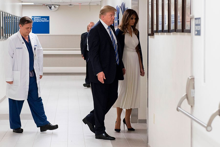 特朗普和第一夫人梅拉尼婭來到佛羅里達州的布勞沃德北健康醫院(Broward Health North Hospital),慰問在周三佛州槍擊案中的倖存者和醫院醫療人員。(JIM WATSON/AFP/Getty Images)