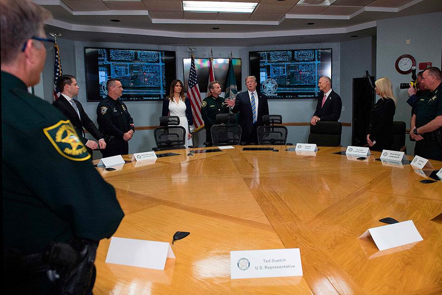 周五在結束醫院訪問後,特朗普和梅拉尼婭又到布勞沃德縣(Broward County)的警長辦公室與執法人員進行了會面。(JIM WATSON/AFP/Getty Images)