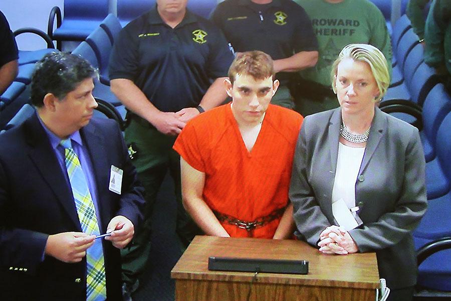 2月14日情人節當天,19歲被退學的學生克魯茲(Nikolas Cruz,圖中)涉嫌回到他就讀的高中持槍掃射,造成17人死亡。(Susan Stocker-Pool/Getty Images)
