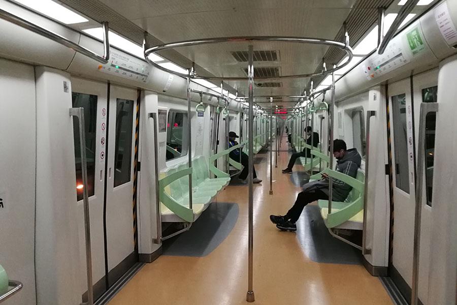 圖為2018年2月15日,大年除夕,北京大街小巷,地鐵站已是人車寥寥,寂靜至極,平日擁堵、喧鬧的京城開始變得「靜悄悄」。地鐵車廂人跡寥寥。(大紀元資料室)