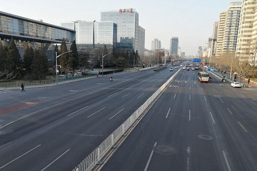 2018年2月15日,黃曆除夕,狗年春節在即,北京大街小巷,地鐵站已是人車寥寥,寂靜至極,平日擁堵、喧鬧的京城開始變得「靜悄悄」。圖為中關村南大街。(大紀元資料室)