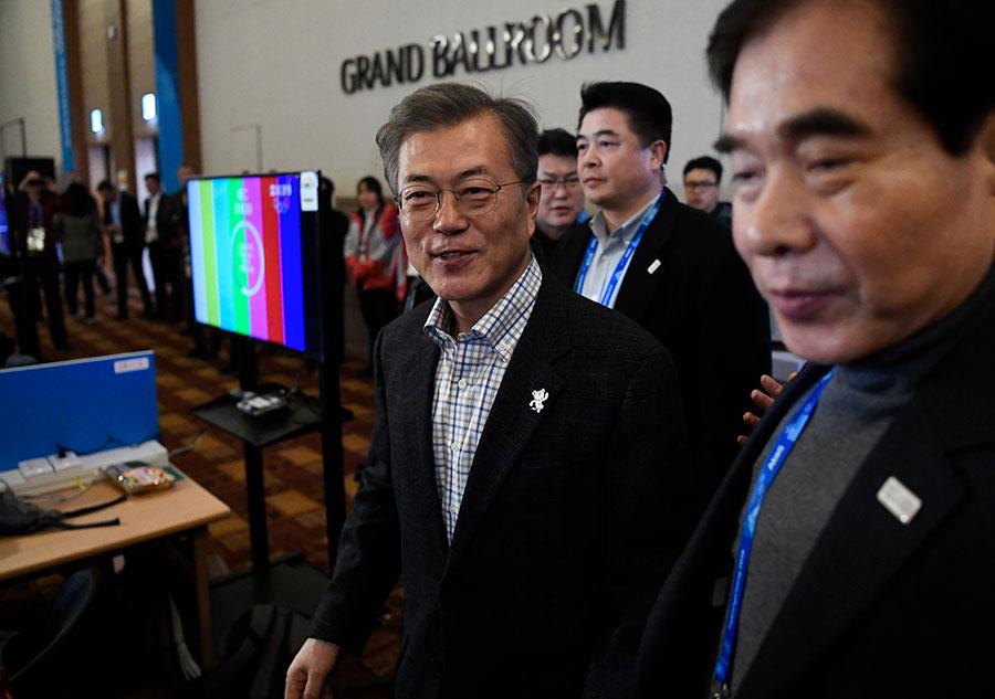 南韓總統文在寅周六(2月17日)訪問平昌冬奧會主新聞中心,當被問及是否計劃與北韓進行首腦會談時,文在寅表示,現在談論還為時過早。(FLORIAN CHOBLET/AFP/Getty Images)
