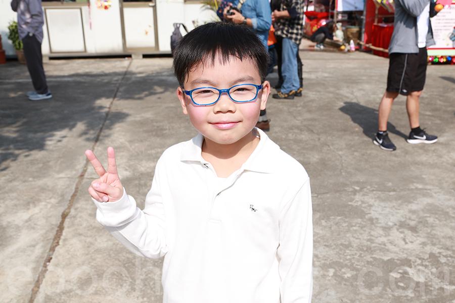 今年八歲的陳同學,第三次來林村拋寶牒,成功拋中。(陳仲明/大紀元)