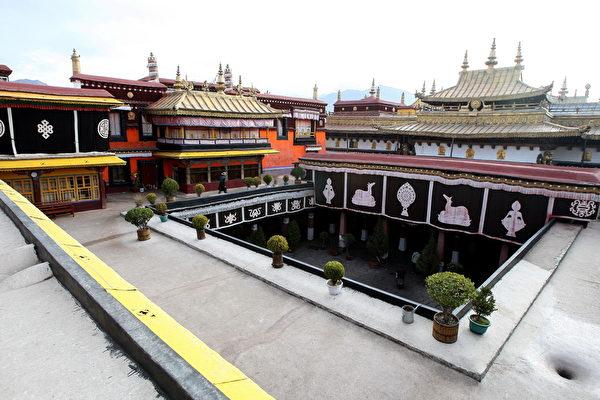 「西藏的靈魂」拉薩的大昭寺,在文化大革命時遭到嚴重破壞。圖為1972年修復後的大昭寺。(大紀元資料室)