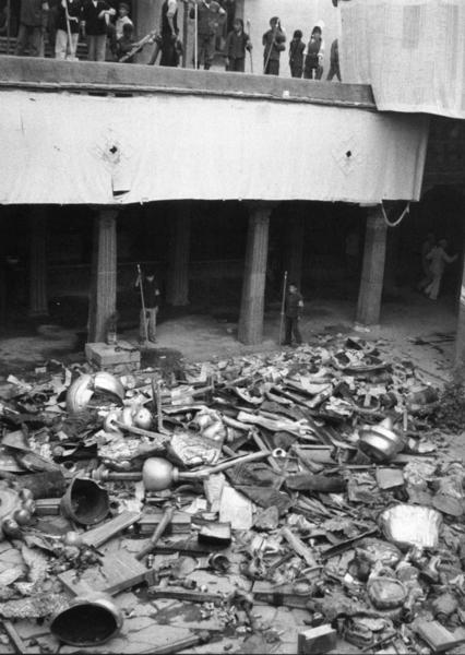 文革時紅衛兵摧毀了大昭寺,之後貴金屬被收集起來運出西藏。(網絡圖片)