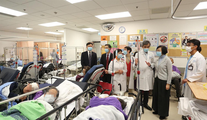 陳肇始昨日在梁栢賢陪同下,到3間公立醫院急症室及病房視察。圖為北區醫院急症室病人等候入院的情況。(政府新聞網)