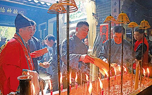 大年初四,粉嶺圍舉行一年一度的開燈儀式。(陳仲明/大紀元)