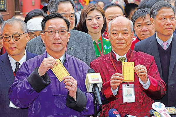 劉業強(左)和李志麒(右),分別為香港及沙田區求得二十一和四十一籤,但懷疑調亂籤枝。(李逸/大紀元)