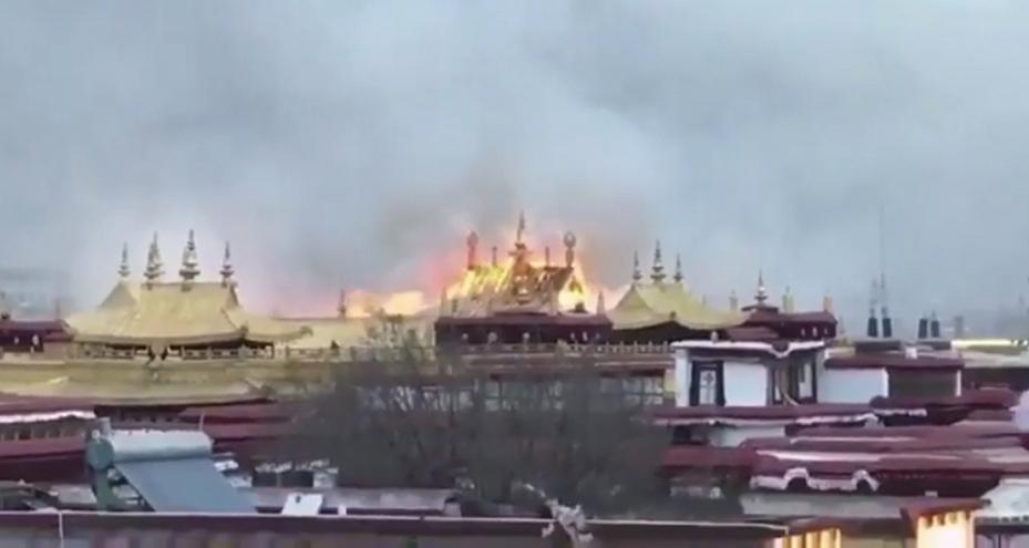 西藏拉薩大昭寺大年初二發生火災,起火地點傳是供僧人居住的房屋。(影片截圖)