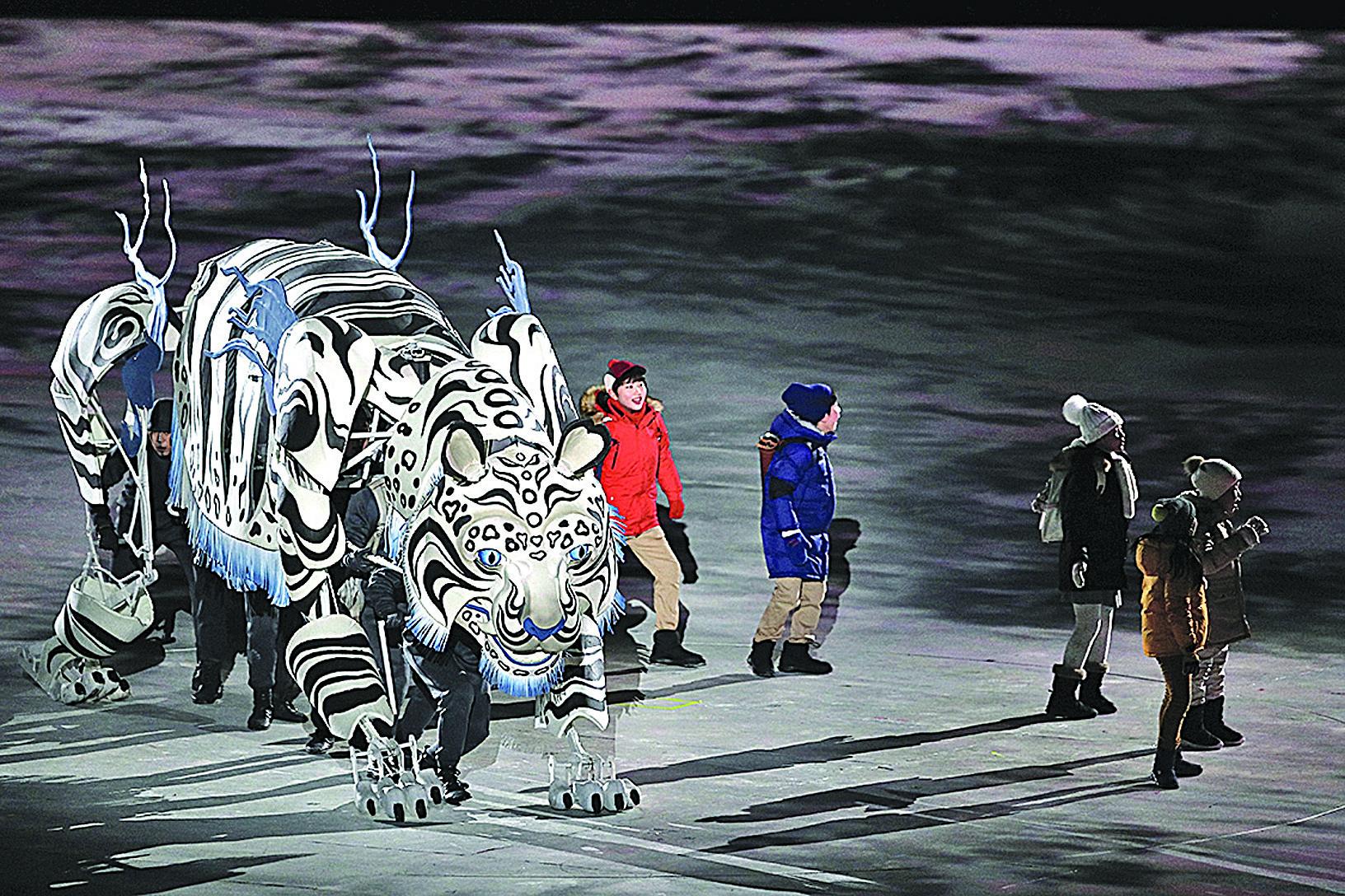 2月9日,在2018平昌冬季奧運會開幕式上,代表金、木、水、火、土「五行」的5個孩童與神獸白虎出場。(Jamie Squire/Getty Images)