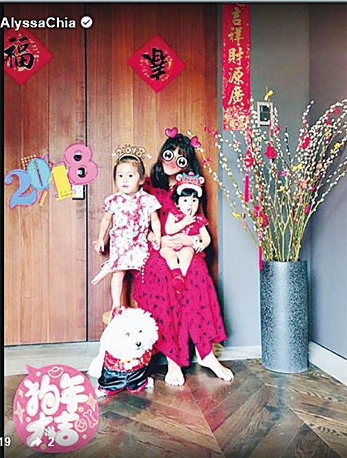 梧桐妹、咘咘和Bo妞三姊妹。(賈靜雯微博)