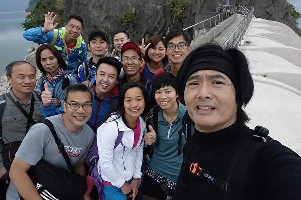 一群網友爬山巧遇國際巨星周潤發。(「爆廢公社二館」社團臉書)