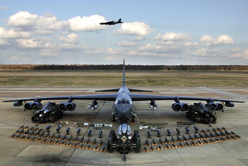 目前服役的B-52H遠程戰略轟炸機可以裝載和投放各種炸彈、導彈。(維基百科公有領域)