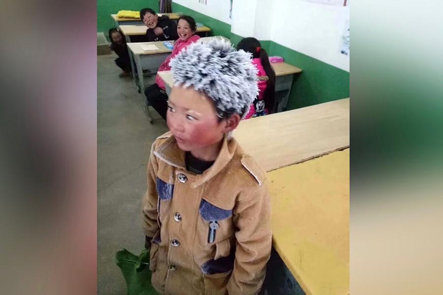 因頂著一頭冰花上學,雲南貧困地區兒童王福滿被稱為「冰花男孩」,引發社會各界關注和捐款。近日,陸媒披露,「冰花男孩」的年夜飯僅一個肉菜。網民質疑:捐的錢去哪了?(大紀元資料室)