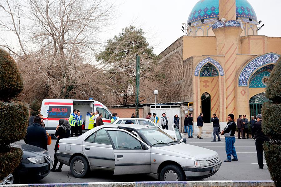 失事飛機的遇難者家屬已經聚集在德黑蘭的梅赫拉巴德機場附近的一個清真寺內。(ATTA KENARE/AFP/Getty Images)