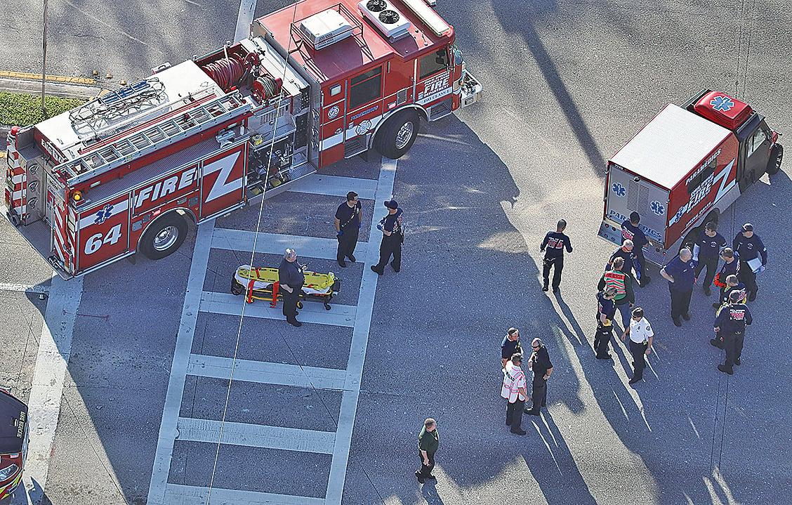 圖為2月14日發生在佛羅里達州一所高中的槍擊血案,該事件造成17人死亡。槍手已經被捕。(Getty Images)