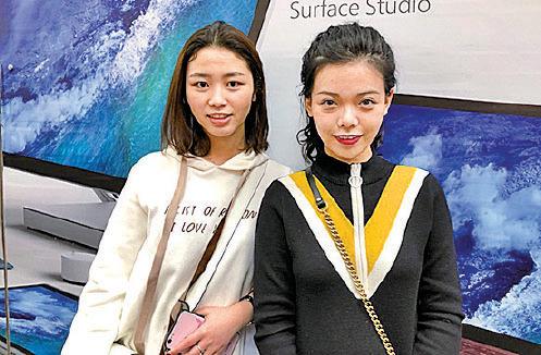 四川傳媒大學的衛小姐(左)和宋小姐(右),新年期間來港數日,但不打算去迪士尼玩。(梁珍/大紀元)