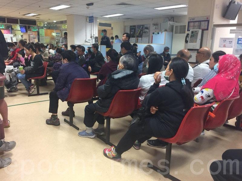 中國新年假期後首個工作日,多間公立醫院繼續逼滿求診人士,部份急症室早上病人輪候時間超過八小時。(李逸/大紀元)
