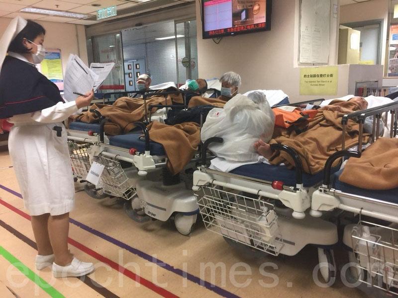 公立醫院內科病房繼續爆滿,病人需要在醫院其它地方輪候轉入病房。(李逸/大紀元)