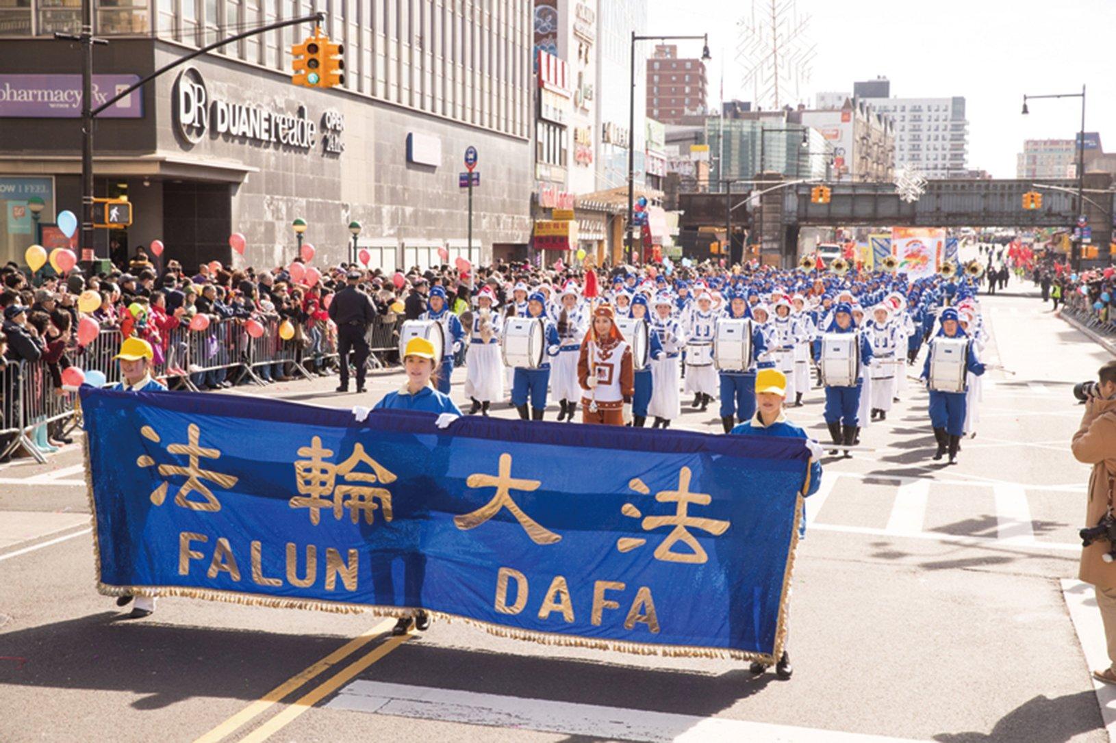2018年2月17日,紐約中國新年大遊行,法輪功的陣容最大引轟動。(戴兵/大紀元)