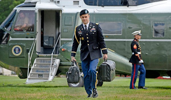 美國總統無論到哪裏,都有軍事隨從替他提著一個黑色公事包,以備他在緊急情況下授權美軍發動核武攻擊。(AFP)