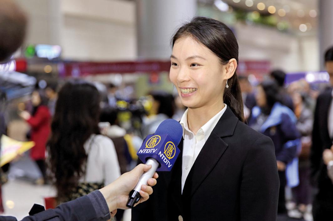 美國神韻國際藝術團抵達台灣受到粉絲熱烈歡迎,主要領舞演員陳佳伶接受採訪。(林仕傑/大紀元)