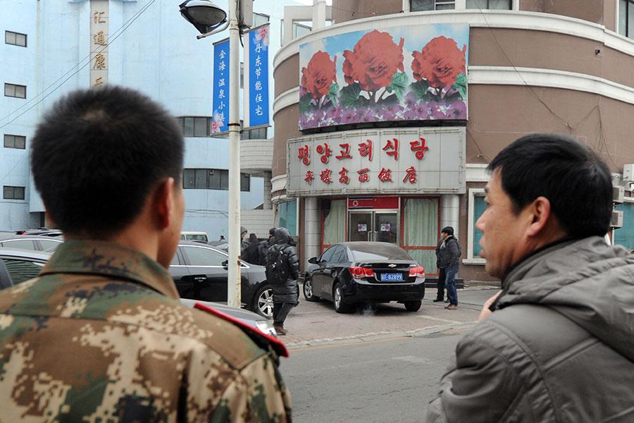 受聯合國制裁影響,位於中朝邊境的遼寧省丹東市、北韓在海外的最大餐廳已經關門,其員工陸續返國。圖為位於丹東的高麗飯店。(MARK RALSTON/AFP/Getty Images)