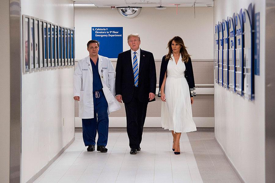 圖為美國總統特朗普及第一夫人梅拉尼婭2月16日訪問佛州醫院(Broward Health North Hospital)並慰問在佛州校園槍擊案中的部份受害者和救援人員。(JIM WATSON/AFP/Getty Images)