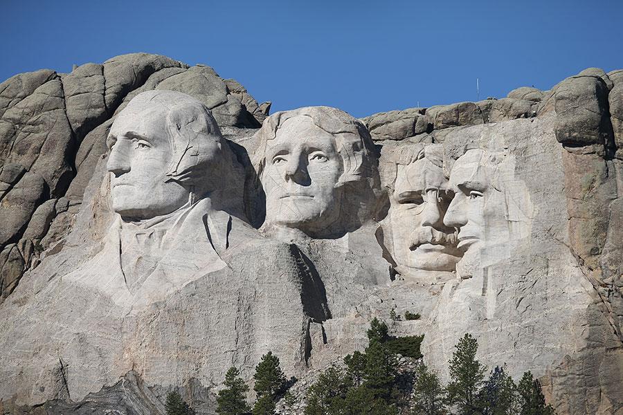 美國拉什摩爾山(Mount Rushmore)的四位總統巨雕像。西奧多・羅斯福總統(Theodore Roosevelt)(左三)同華盛頓總統 (George Washington)(左一)、傑佛遜總統(Thomas Jefferson)(左二) 和林肯總統(Abraham Lincoln)(右一)同列其中。(Scott Olson/Getty Images)