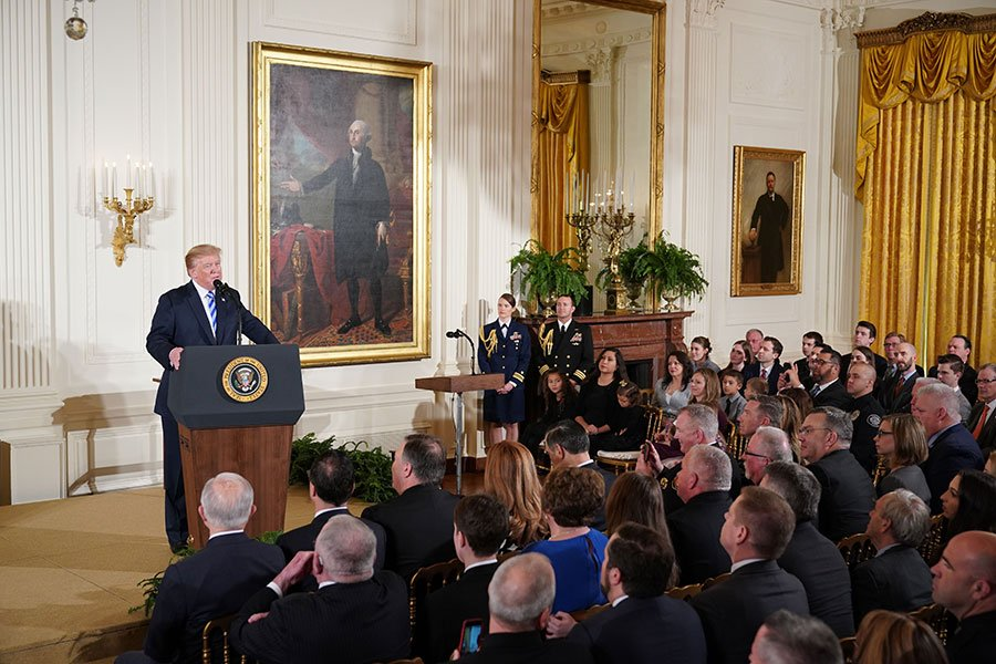 美國總統特朗普於2月20日在白宮東廳公眾安全獎頒獎儀式上發表講話,表示已指示司法部全面禁止撞火槍托等槍枝改造裝置。(MANDEL NGAN/AFP/Getty Images)