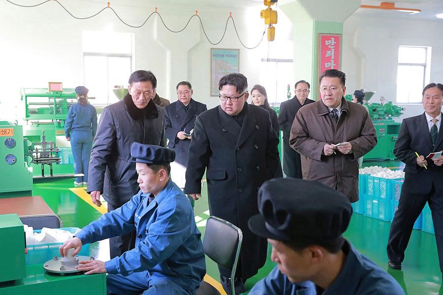 韓媒報道,制裁重擊金正恩回籠政治資金的「宮廷經濟」,威脅其統治。圖為金正恩視察平壤一座製藥工廠。(AFP/Getty Images)
